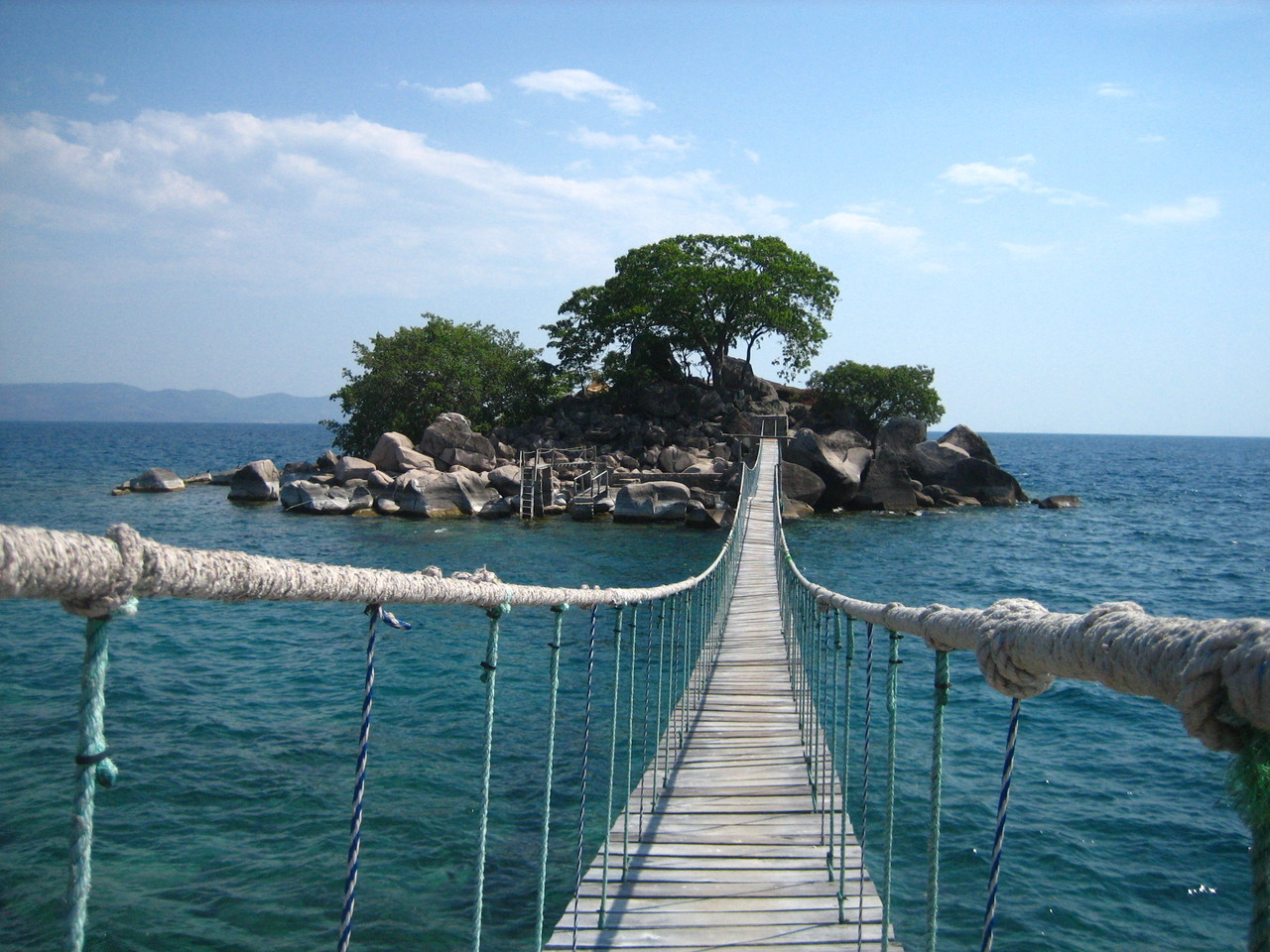 "A rope bridge connecting Kaya Mawa Lodge to its Honeymoon Island, Malawi.]]>"" id=""IMAGE-m7lz9c6liW1r6b8aao1_1280″ /></noscript><img class="